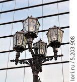 Фонарный столб на фоне зеркальной стены торгового комплекса (2013 год). Стоковое фото, фотограф Евгений Волвенко / Фотобанк Лори