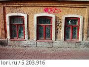 Три окна старого здания (2013 год). Редакционное фото, фотограф Евгений Волвенко / Фотобанк Лори