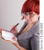 Задумчивая девушка с блокнотом и ручкой. Стоковое фото, фотограф Даниил Петров / Фотобанк Лори