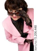 Стильная женщина в розовом пальто, очках и ажурных перчатках. Стоковое фото, фотограф Pavel Kozlovsky / Фотобанк Лори