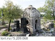 Купить «Склеп на старом кладбище», фото № 5209068, снято 20 сентября 2012 г. (c) Юрий Хабаров / Фотобанк Лори