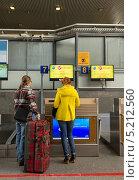 Купить «Регистрация пассажиров на рейс S7 в аэропорту  Пулково 1», эксклюзивное фото № 5212560, снято 3 октября 2013 г. (c) Виктория Катьянова / Фотобанк Лори