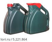 Купить «Две пластиковые бутылки с автомобильным маслом», фото № 5221864, снято 15 октября 2011 г. (c) Наталья Аксёнова / Фотобанк Лори
