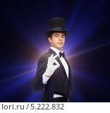 Купить «Молодой фокусник в смокинге показывает магический трюк», фото № 5222832, снято 12 сентября 2013 г. (c) Syda Productions / Фотобанк Лори