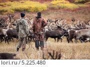 Купить «Два эвенских оленевода наблюдают за стадом», фото № 5225480, снято 5 сентября 2013 г. (c) Евгения Озеркина / Фотобанк Лори