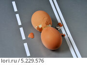 Купить «Два разбитых крутых яйца. Концепция. ДТП», эксклюзивное фото № 5229576, снято 2 ноября 2013 г. (c) Юрий Морозов / Фотобанк Лори