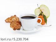 Чашка кофе с круассаном и фруктами. Стоковое фото, фотограф Наталья Немчинова / Фотобанк Лори