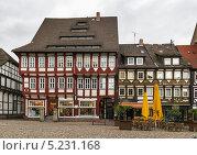 Купить «Старые фахверковые дома на рыночной площади в центре города Einbeck, Германия», фото № 5231168, снято 10 сентября 2013 г. (c) Boris Breytman / Фотобанк Лори