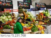 Купить «Прилавок с овощами и фруктами на Даниловском рынке города Москвы, Россия», фото № 5231768, снято 3 ноября 2013 г. (c) Николай Винокуров / Фотобанк Лори