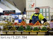 Купить «Прилавок с солеными и маринованными овощами на Даниловском рынке города Москвы, Россия», фото № 5231784, снято 3 ноября 2013 г. (c) Николай Винокуров / Фотобанк Лори