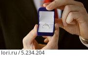 Купить «Жених с костюме держит коробочку с обручальным кольцом», видеоролик № 5234204, снято 4 апреля 2013 г. (c) Syda Productions / Фотобанк Лори