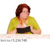 Купить «Женщина берет из кошелька пятитысячную купюру», эксклюзивное фото № 5234748, снято 17 марта 2010 г. (c) Юрий Морозов / Фотобанк Лори