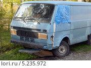 Купить «Микроавтобус Volkswagen», фото № 5235972, снято 8 октября 2013 г. (c) Олег Пчелов / Фотобанк Лори