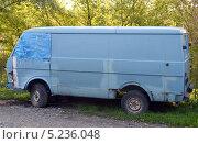 Купить «Микроавтобус Volkswagen», фото № 5236048, снято 8 октября 2013 г. (c) Олег Пчелов / Фотобанк Лори