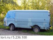 Купить «Старый микроавтобус Volkswagen», фото № 5236100, снято 8 октября 2013 г. (c) Олег Пчелов / Фотобанк Лори