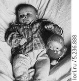 Купить «Маленький ребёнок с игрушкой-неваляшкой.1966 год», эксклюзивное фото № 5236888, снято 7 декабря 2019 г. (c) Евгений Мухортов / Фотобанк Лори