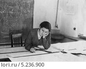 Купить «Молодая студентка за чертежами.1955 год», эксклюзивное фото № 5236900, снято 22 ноября 2019 г. (c) Евгений Мухортов / Фотобанк Лори