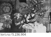 Купить «Новый год, шестидесятые годы. Домашнее праздничное застолье», эксклюзивное фото № 5236904, снято 23 апреля 2019 г. (c) Евгений Мухортов / Фотобанк Лори