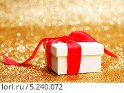 Купить «Белый подарок на золотом фоне», фото № 5240072, снято 26 сентября 2013 г. (c) Иван Михайлов / Фотобанк Лори