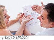 Купить «мужчина и женщина с возмущением обсуждают полученный счет», фото № 5240324, снято 19 мая 2013 г. (c) Андрей Попов / Фотобанк Лори