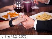 Купить «мужчина и женщина держатся за руки во время ужина, крупный план», фото № 5240376, снято 19 мая 2013 г. (c) Андрей Попов / Фотобанк Лори