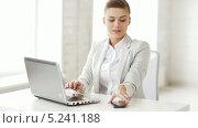 Купить «Привлекательная деловая женщина сидит за рабочим столом и разговаривает по телефону», видеоролик № 5241188, снято 2 июня 2013 г. (c) Syda Productions / Фотобанк Лори