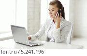 Купить «Привлекательная деловая женщина сидит за рабочим столом и разговаривает по телефону», видеоролик № 5241196, снято 2 июня 2013 г. (c) Syda Productions / Фотобанк Лори