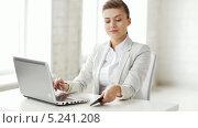 Купить «Привлекательная деловая женщина сидит за рабочим столом и разговаривает по телефону», видеоролик № 5241208, снято 2 июня 2013 г. (c) Syda Productions / Фотобанк Лори