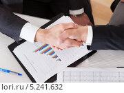 Купить «два бизнесмена пожимают друг другу руки на фоне графика роста», фото № 5241632, снято 20 апреля 2013 г. (c) Андрей Попов / Фотобанк Лори