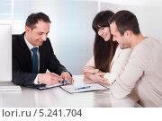 Купить «менеджер подписывает договор с клиентами», фото № 5241704, снято 20 апреля 2013 г. (c) Андрей Попов / Фотобанк Лори