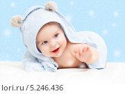 Купить «Маленький ребенок в полотенце с ушками на снежном фоне», фото № 5246436, снято 17 января 2011 г. (c) Sergey Borisov / Фотобанк Лори