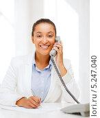 Купить «Счастливая деловая женщина отвечает на телефонный звонок», фото № 5247040, снято 1 августа 2013 г. (c) Syda Productions / Фотобанк Лори