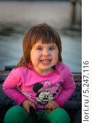Маленькая девочка злится, на фоне реки (2013 год). Редакционное фото, фотограф Евгений Андреев / Фотобанк Лори