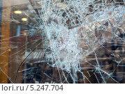 Купить «Разбитая витрина крупным планом», фото № 5247704, снято 22 июля 2019 г. (c) FotograFF / Фотобанк Лори