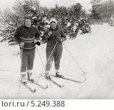 Лыжная прогулка в лесу. 1958 год. Редакционное фото, фотограф Евгений Мухортов / Фотобанк Лори