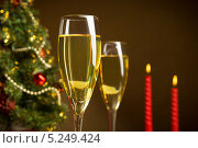 Бокалы шампанского на фоне новогодней ёлки и горящих свечей. Стоковое фото, фотограф Смирнов Константин / Фотобанк Лори