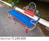 Купить «Красно-синяя скамейка из вторсырья в летнем парке», фото № 5249600, снято 29 июня 2012 г. (c) Евгений Ткачёв / Фотобанк Лори