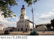 Городская ратуша в городе Несвиж, Беларусь (2013 год). Редакционное фото, фотограф Владислав Тропин / Фотобанк Лори