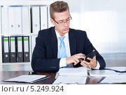 Купить «сотрудник банка за рабочим столом», фото № 5249924, снято 6 июля 2013 г. (c) Андрей Попов / Фотобанк Лори