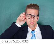 Купить «молодой человек в деловом костюме пытается что-то услышать», фото № 5250032, снято 6 июля 2013 г. (c) Андрей Попов / Фотобанк Лори
