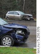Купить «Столкновение на мокрой дороге: виновник и пострадавший», эксклюзивное фото № 5250976, снято 5 ноября 2013 г. (c) Сайганов Александр / Фотобанк Лори