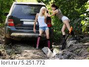 Купить «Девушки толкающие застрявший автомобиль», фото № 5251772, снято 24 августа 2013 г. (c) макаров виктор / Фотобанк Лори