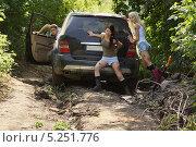 Купить «Девушки толкающие застрявший автомобиль», фото № 5251776, снято 24 августа 2013 г. (c) макаров виктор / Фотобанк Лори
