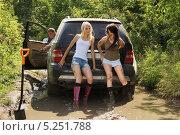 Купить «Девушки, толкающие застрявший автомобиль», фото № 5251788, снято 24 августа 2013 г. (c) макаров виктор / Фотобанк Лори