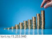 Купить «рука составляет монеты в виде графика роста», фото № 5253940, снято 9 мая 2013 г. (c) Андрей Попов / Фотобанк Лори