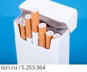 Купить «пачка сигарет крупным планом», фото № 5253964, снято 9 мая 2013 г. (c) Андрей Попов / Фотобанк Лори