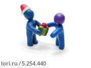 Пластилиновый Санта-Клаус дарит подарок пластилиновому человечку. 3D модель на белом фоне. Стоковая иллюстрация, иллюстратор Алексей C. / Фотобанк Лори