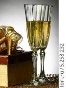 Купить «Два бокала шампанского и подарок на сером фоне», фото № 5258232, снято 30 сентября 2008 г. (c) Иван Михайлов / Фотобанк Лори