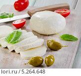 Моцарелла с помидорами и базиликом на разделочной доске. Стоковое фото, фотограф Tatjana Baibakova / Фотобанк Лори