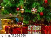 Купить «Новогодние подарки на фоне елки», фото № 5264760, снято 4 января 2013 г. (c) Елена Вяселева / Фотобанк Лори